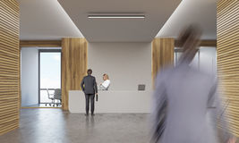 Donna e due uomini in corridoio della società Fotografia Stock Libera da Diritti