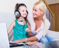 Donna e figlia che chiacchierano online Immagini Stock Libere da Diritti