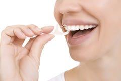 Donna e filo di seta dei denti (stuzzicadenti) Fotografia Stock Libera da Diritti