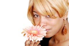 Donna e fiore dell'afroamericano fotografia stock