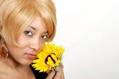 Donna e fiore dell'afroamericano fotografie stock