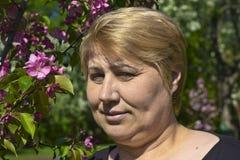 Donna e fiore della mela Fotografia Stock Libera da Diritti