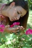 Donna e fiori fotografia stock libera da diritti