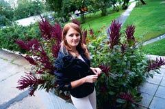 Donna e fiori Immagini Stock Libere da Diritti
