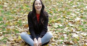 Donna e foglie cadenti felici stock footage