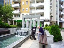 Donna e fontana stock footage