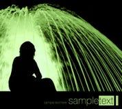 Donna e fontana alla notte Fotografie Stock