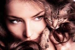 Donna e gattino Immagine Stock