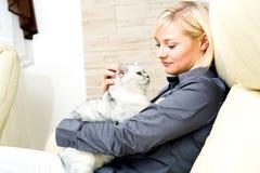 Donna e gatto Immagine Stock