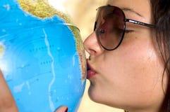 Donna e globo Fotografia Stock Libera da Diritti