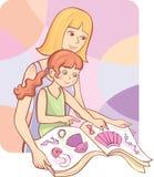 Donna e la sua lettura della figlia Immagine Stock