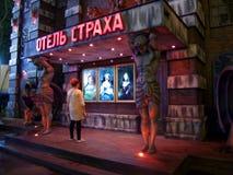 Donna e le sculture di Atlanta in guardia per stanza segreta, timore dell'hotel, parco di divertimenti Odessa, Ucraina - luglio 2 fotografia stock libera da diritti