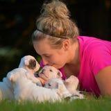 Donna e lettiera dei cuccioli Fotografia Stock Libera da Diritti