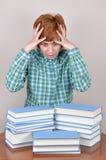 Donna e libri sorpresi e spaventati Immagine Stock