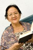 Donna e libro maggiori Fotografia Stock Libera da Diritti