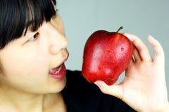 Donna e mela rossa Fotografia Stock