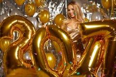 Donna e palloni felici 2017 del nuovo anno dell'oro Fotografia Stock Libera da Diritti