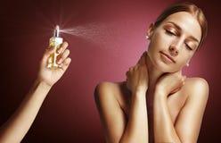 Donna e parfume Immagine Stock