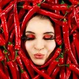 Donna e peperoncino rosso immagini stock libere da diritti