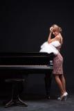 Donna e piano Fotografia Stock Libera da Diritti