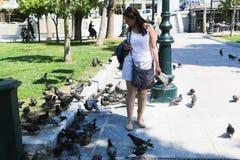 Donna e piccione a Atene Fotografia Stock Libera da Diritti