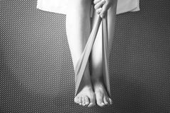 Donna e Pilates che allungano la cinghia dell'elastico di yoga Immagine Stock