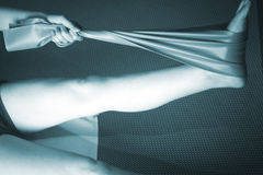Donna e Pilates che allungano la cinghia dell'elastico di yoga Immagine Stock Libera da Diritti