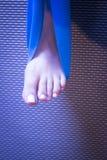 Donna e Pilates che allungano la cinghia dell'elastico di yoga Fotografie Stock Libere da Diritti