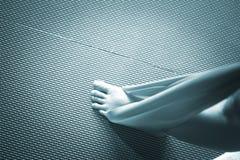 Donna e Pilates che allungano la cinghia dell'elastico di yoga Fotografia Stock