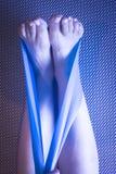 Donna e Pilates che allungano la cinghia dell'elastico di yoga Immagini Stock Libere da Diritti