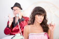 Donna e playboy di fumo Immagini Stock
