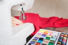 Donna e processo di cucito nella fase di overstitchin Fotografia Stock