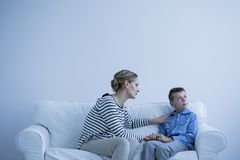 Donna e ragazzo autistico immagine stock libera da diritti