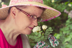 Donna e rosa mature di bianco immagine stock libera da diritti