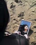 Donna e sabbia riflesse Fotografia Stock Libera da Diritti