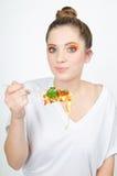 Donna e spaghetti su una forcella fotografie stock