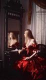 Donna e specchio Fotografie Stock Libere da Diritti