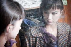 Donna e specchio immagine stock