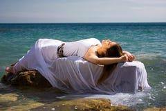Donna e spiaggia del mare Fotografia Stock