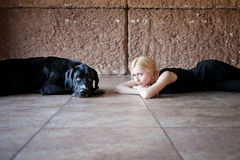 Donna e un cane sul pavimento Immagine Stock