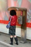 Donna e un caricamento del sistema del telefono Fotografie Stock Libere da Diritti