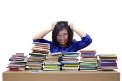 Donna e un mucchio dei libri Immagine Stock