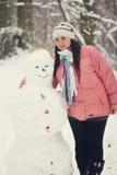 donna e un pupazzo di neve Fotografia Stock Libera da Diritti