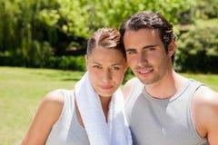Donna e un uomo che si leva in piedi insieme in attrezzo di allenamento Fotografia Stock