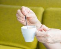 Donna e una tazza da caffè, caffè Immagine Stock