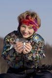 Donna e una tazza del T fotografia stock libera da diritti