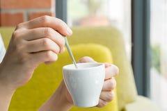 Donna e una tazza di cofee Immagini Stock