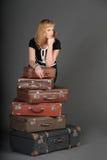 Donna e vecchie valigie Fotografie Stock Libere da Diritti