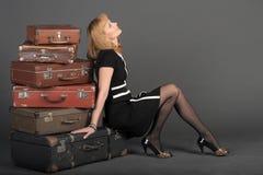 Donna e vecchie valigie Fotografia Stock