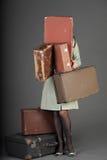 Donna e vecchie valigie Fotografie Stock